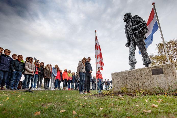 Leerlingen van basisschool De Grienden hebben bloemen gelegd (2016) bij het monument ter nagedachtenis van De Liniecrossers in Lage Zwaluwe.