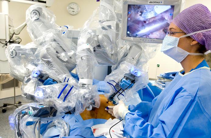Een patiënt wordt met behulp van een operatierobot geopereerd aan prostaatkanker in het Nederlands Kanker Instituut Antoni van Leeuwenhoek Ziekenhuis in Amsterdam.
