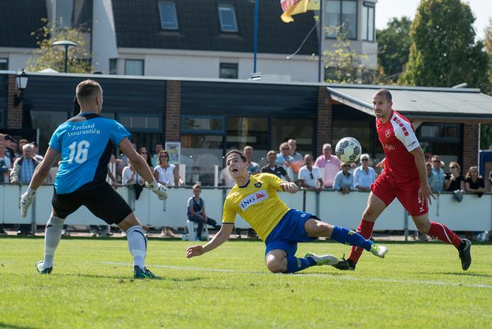 Rémon Koenen (geel) neemt na tien jaar in het eerste elftal afscheid van Dongen. Er breekt een nieuw tijdperk aan voor de derdedivisionist, die ook vorig seizoen een aantal belangrijke spelers zag vertrekken.