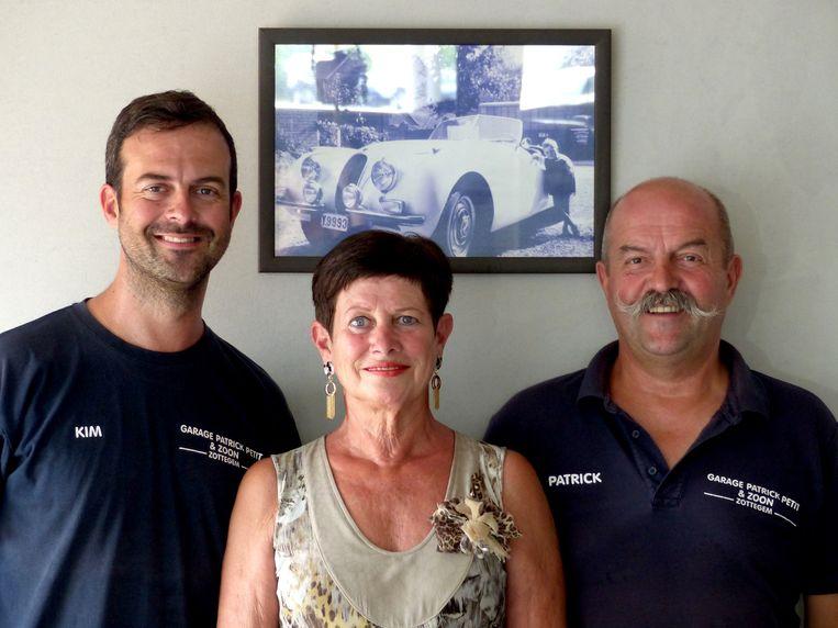 Kim Petit runt de garage samen met zijn ouders.