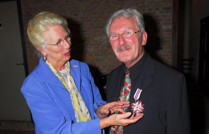 Renkumer Wielent Harms krijgt in het Arnhemse Openluchtmuseum de versierselen opgespeld die horen bij de E. Bosch van de Kolkprijs. De vakprijs is een initiatief van de Stichting Nederlandse Volksklederdrachten Collectie Koningin Wilhelmina.foto Jan Wamelink