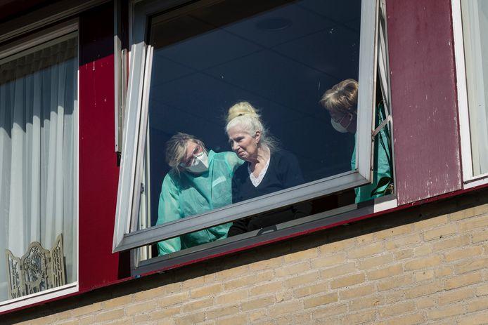 Hengelo - Alyssa Haar (kleindochter en Esther Haar (dochter) vertellen over mevr. Melgert (oma en moeder) die verblijft in het zorgcentrum. Na interview gaan moeder en dochter even zwaaien naar Oma melgers die binnen verpleegt wordt.  Fotografie: Cees Elzenga/hetoog.nl