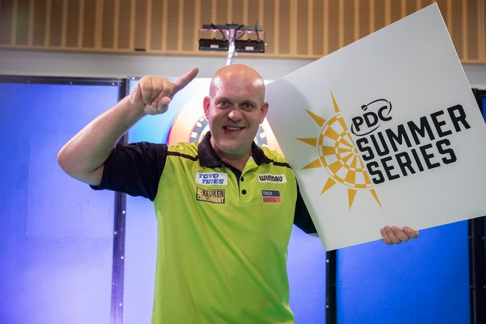 Michael van Gerwen na zijn overwinning op Peter Wright in de finale van de eerste dag van de PDC Summer Series.
