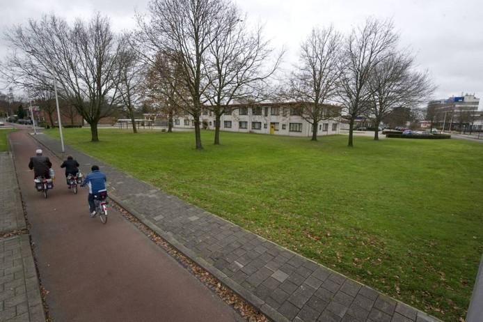 Onder bepaalde voorwaarden lijkt een meerderheid van de raad te kunnen leven met de bouw van een moskee op dit terrein aaan de Kuipersdijk. Foto: Frans Nikkels