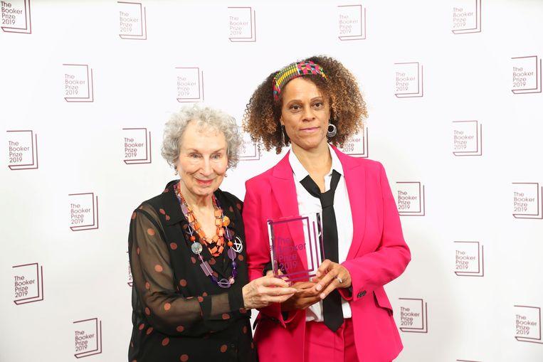Margaret Atwood (links) en Bernardine Evaristo houden samen de Booker Prize vast in de Guildhall in Londen. Beeld REUTERS