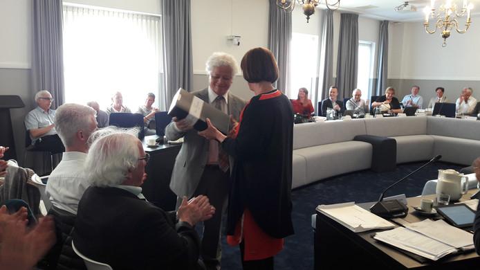 Oud-burgemeester van Oirschot Ruud Severijns werd door de raad bedankt voor zijn rol als gespreksleider tijdens de formatie van het akkoord.