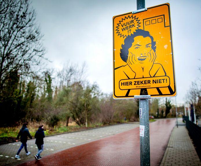 Bijvoorbeeld Haarlem kent al vrijwillige vuurwerkvrije zones en duidt dat met deze borden aan.
