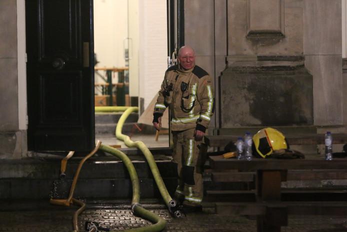 De brandweer was afgelopen nacht druk in de weer om de bank te blussen.