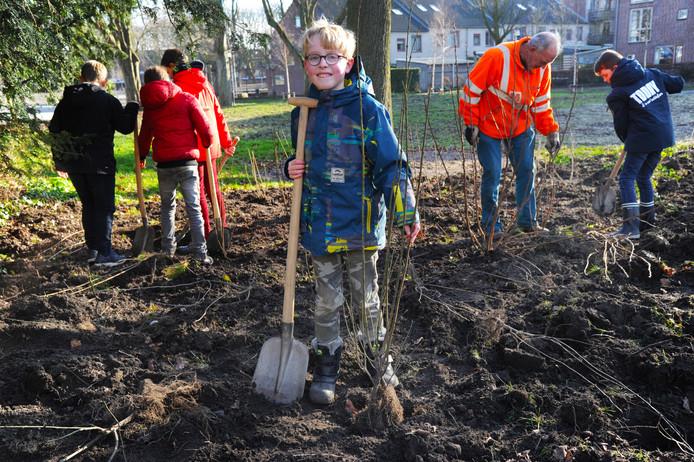Bendt van den Boezem (voorgrond) en zijn klasgenoten van de ABS planten heesters in het nieuw ingerichte Molenwaterpark.