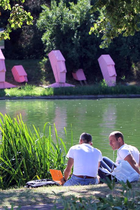 Alsnog vergunning gevraagd voor bekende roze beelden in Brielle