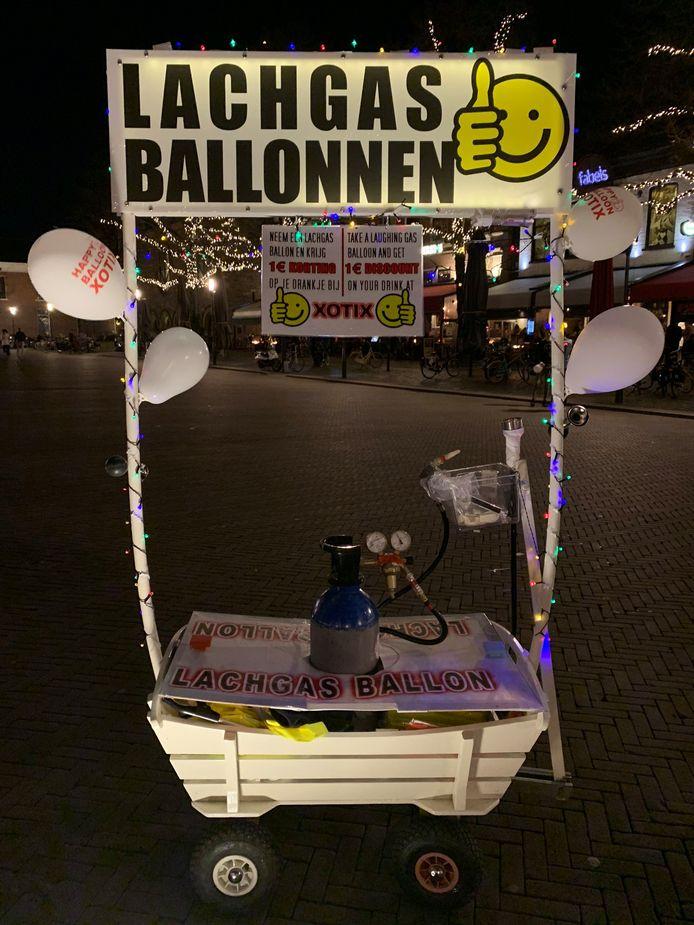 Het mobiele kraampje voor de verkoop van lachgas zoals dat vorige week vrijdagavond te zien was op de Oude Markt.