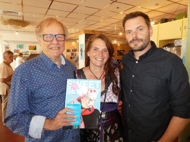 Rijk van den Hoek, ook hoofdredacteur en tevens voorzitter van de Rebellenclub van Sweet70, met de fotografen Caro Bonink en Michiel van Abbe. Beeld Hans van der Beek