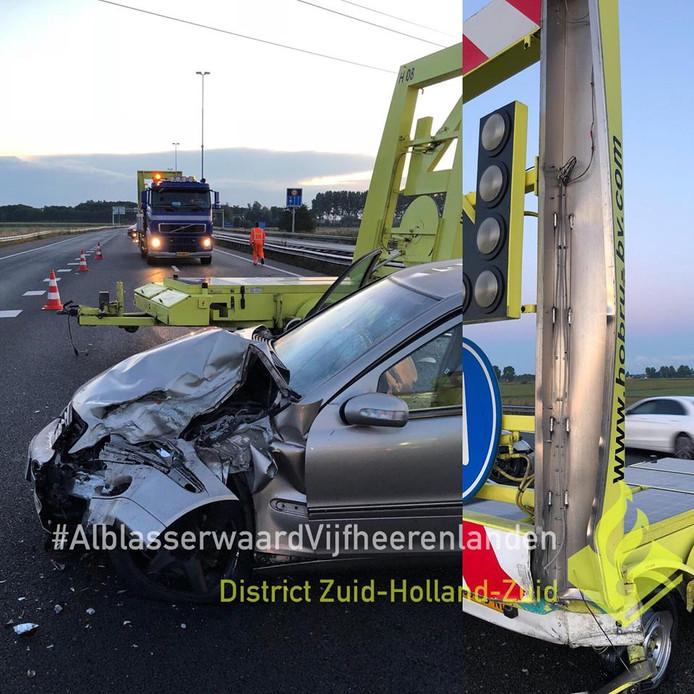 De auto die tegen de pijlwagen botste (links) en de beschadiging aan de pijlwagen.