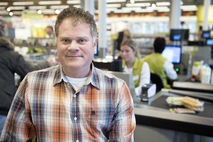 Nico de Witt in de fors uitgebreide supermarkt.