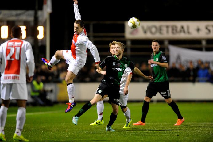 Arjen Spaan zweeft door de lucht in de bekerwedstrijd tegen FC Groningen (oktober 2014). De routinier verlaat het eerste van Flevo Boys in de zomer.