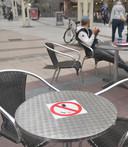Bakkerij Bart maakt klanten die aan een tafeltje neerstrijken duidelijk dat er op haar terras niet mag worden gerookt.