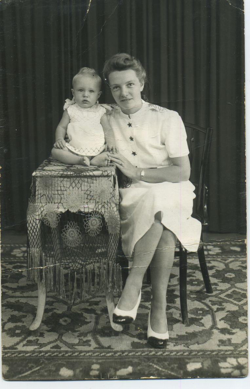 Corrie Driessen met dochtertje Elly (Liesbeth List). Beeld