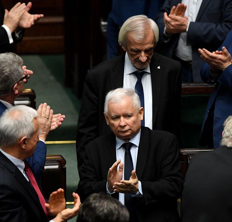 De leider van regeringspartij PiS, Jaroslaw Kaczynski, applaudiseert. Beeld AFP