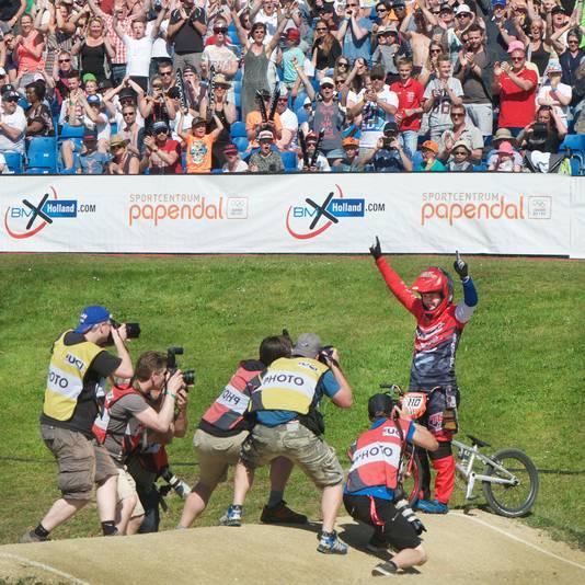 Laura Smulders viert haar wereldbekerzege op Papendal, vorig seizoen.