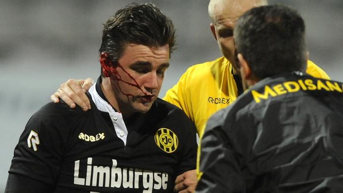 Bram Verbist werd met zijn opmerkelijke blessure meteen gewisseld.