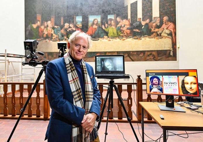 """L'expert américain Jean-Pierre Isbouts prend la pose devant la réplique de """"La Cène"""" au sein de l'abbaye de Tongerlo."""