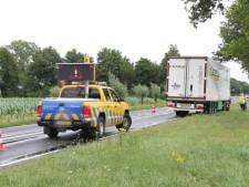 Ongeluk tussen auto en vrachtwagen, politie regelt verkeer richting Holten