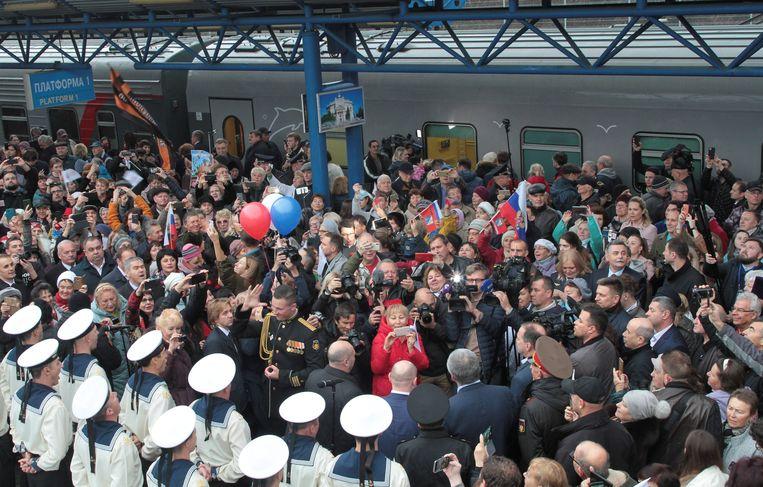Een Russisch marinekoor verwelkomt in eindstation Sebastopol de reizigers uit Sint-Petersburg.