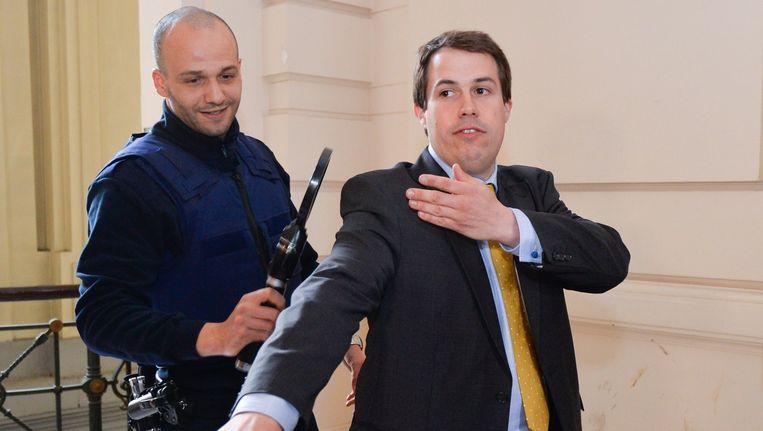 Politicus Laurent Louis voert de controversiële quenelle-groet uit Beeld ANP