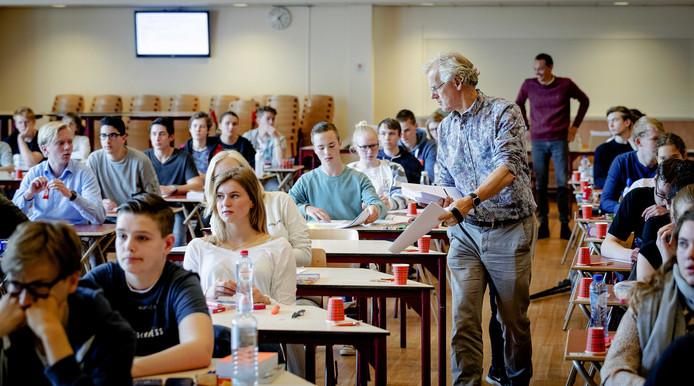 Leerlingen van het Comenius College in de aula bij de start van de eindexamens.
