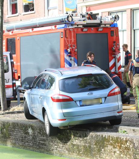 Op 't randje: Bestuurder ontsnapt uit auto die bijna de  Delftse gracht in slipt