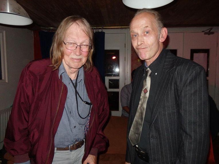 oordrachtskunstenaar Eddie Kagie (r) en Wim Noordhoek, blogger en radiomaker in de tijd van 'Weed maakt fiet, stuff maakt duf' en 'Claus raus!' Beeld Hans van der Beek