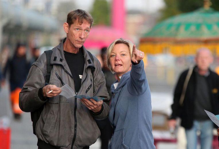 Communicatieverantwoordelijke Isabel Cossement wijst de reizigers de weg.