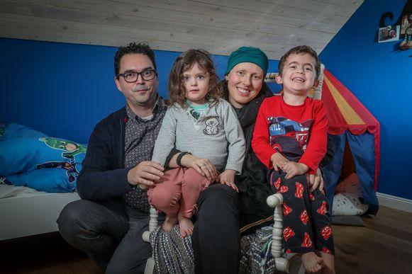 Tina Vandenbossche met haar man Dave en de twee kindjes.
