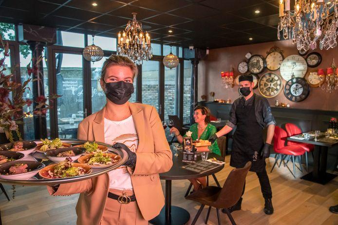 Dat corona de wereld op z'n kop zou zetten zagen Simone en Adrie Mijdam niet aankomen toen ze besloten een restaurant te openen. ,,Maar we maken er het beste van.''