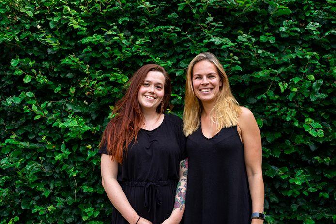 Madelon Zegelaar (links) en Judith van Willigen (rechts) hebben met koeckie.nl de vegan award voor beste (web)winkel gewonnen.