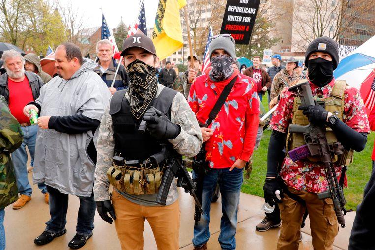 Gewapende mannen doen mee aan een demonstratie in Lansing, de hoofdstad van Michigan,  tegen beperkende coronamaatregelen.