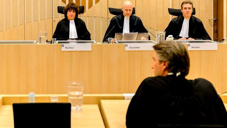 Rechters voorafgaand aan de uitspraak in het strafproces tegen Geert Wilders. Op de voorgrond advocaat Maarten t Sas. Beeld ANP