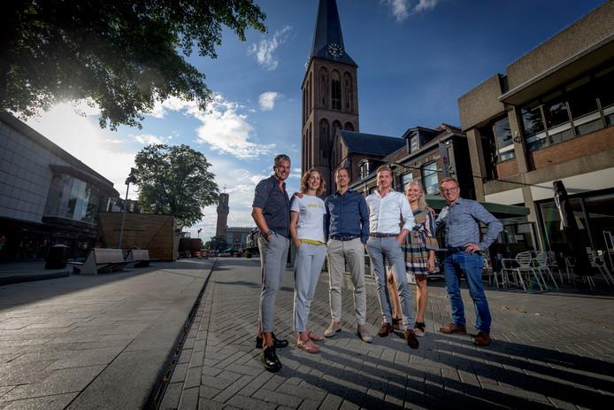 De organisatoren van het Modespektakel, vlnr  Jacco Zijp, Tetske Rouweler, Bas de Zeeuw, Stan Hofhuis, Noor Koebrugge en, Hendri Markvoort op de plek waar de catwalk komt.