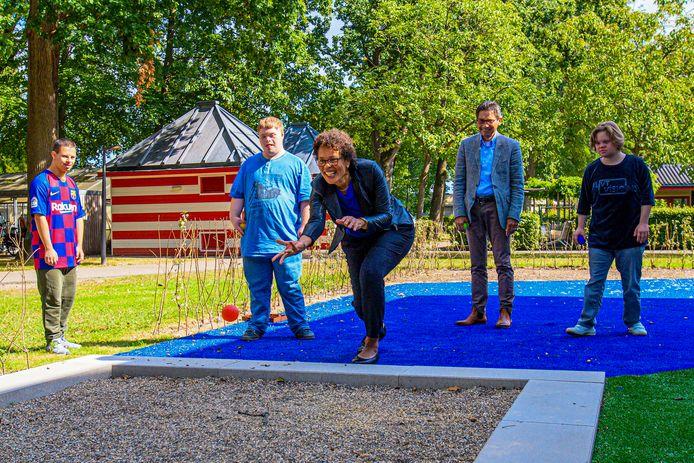 Bij Lambertijnenhof, waar mensen met een beperking verblijven, is vanmiddag de beweegtuin geopend voor bewoners . De beweegtuin bestaat uit een multifunctioneel sportveld en een jeu-de-boulesbaan.