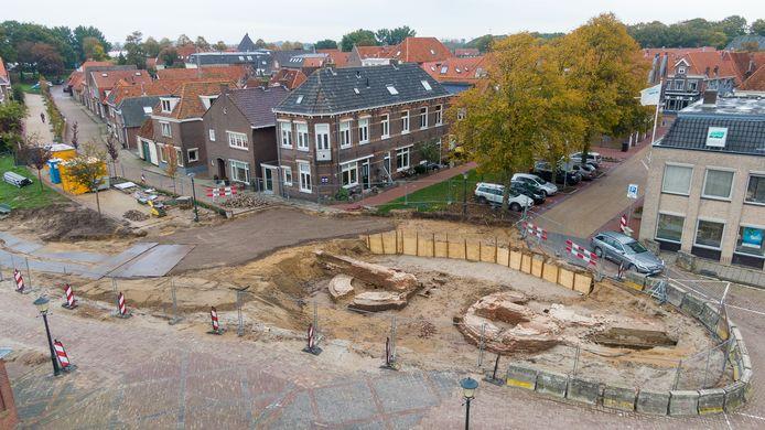 De opgegraven restanten van de Veerpoort. De contouren van de twee torens zijn vanuit de lucht goed te zien.