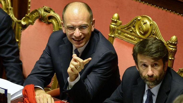 De Italiaanse premier Enrico Letta (links) gisteravond vlak voor de cruciale stemming. Beeld afp