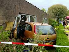 Auto rijdt woning binnen in Zwolle-Zuid