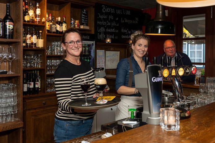 Eigenaar Gwen Nootenboom (links) en bedrijfsleider Tessa van Keulen achter de bar van Salud!