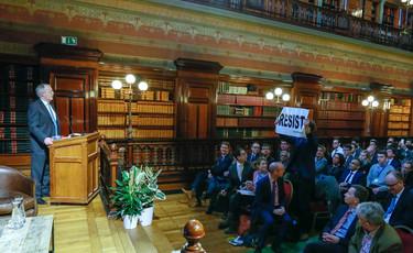 Foto van Trump-klimaatscepticus Myron Ebell op boegeroep onthaald in Brussel