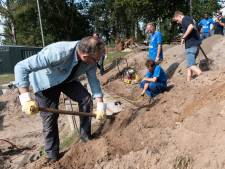 Kantoorpersoneel steekt handen uit de mouwen bij scouts in Amersfoort