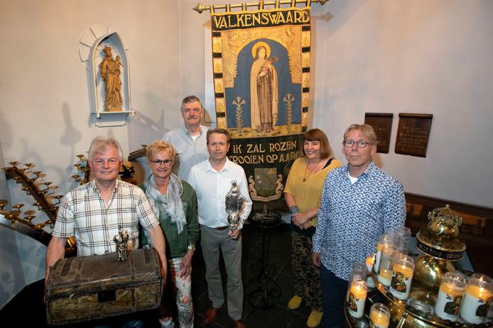Jack van Hoof, Carin van Hout, Theo Laurijsen, Hans de Kinderen, Betke Luybregts en Hans van Leeuwen (v.l.n.r.) van het Broederschap der Handelse Processie met relikwieën uit hun verzameling