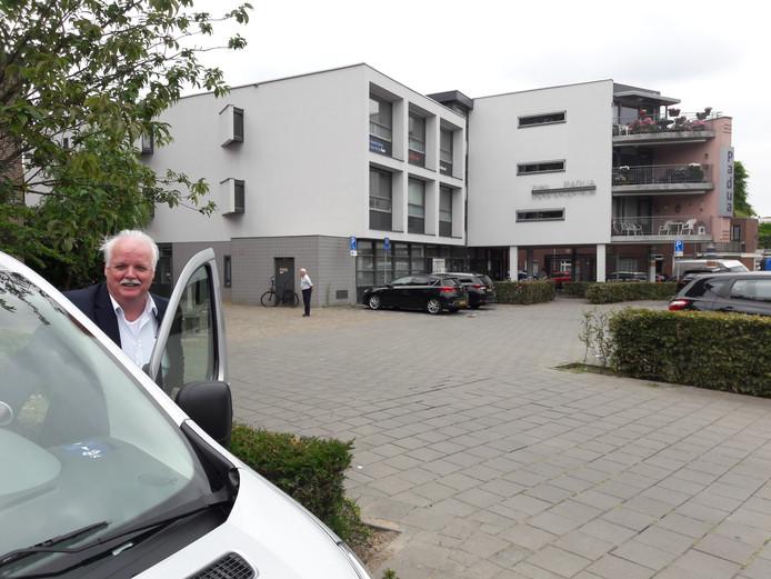 William Heurter pendelt dagelijks met 'de tandartstaxi' op en neer tussen de verlaten locatie van tandartspraktijk Tilburg aan de Hoefstraat (op de eerste verdieping in het gebouw op de achtergrond) en de tweede praktijk in de Reeshof.