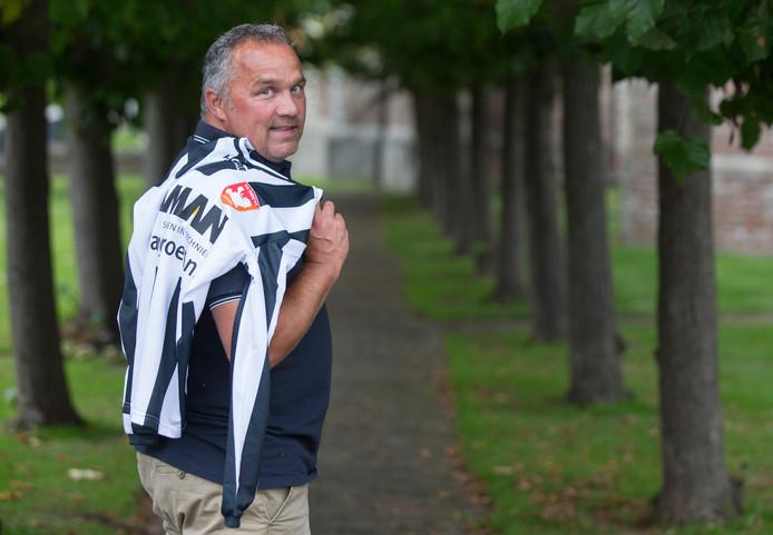 Alexander van Keulen met het shirt van MZC'11 - zijn vorige club - over zijn schouder.