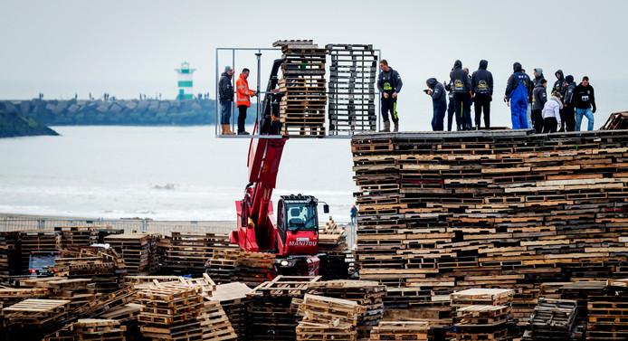 De opbouw van het vreugdevuur vorig jaar in Scheveningen.