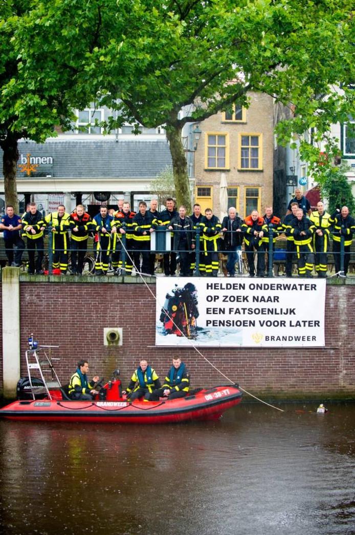 Tijdens de publieksacties van de brandweer werden er flink wat fietsen uit het water gehaald. FOTO else loof/pix4profs